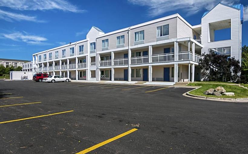 Budget Inn hotel exterior Rockford IL
